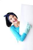 Πορτρέτο της ευτυχούς γυναίκας με το κενό έμβλημα Στοκ φωτογραφία με δικαίωμα ελεύθερης χρήσης