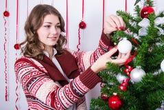 Πορτρέτο της ευτυχούς γυναίκας που διακοσμεί το χριστουγεννιάτικο δέντρο Στοκ εικόνες με δικαίωμα ελεύθερης χρήσης