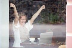 Πορτρέτο της ευτυχούς γυναίκας στην επιτυχία εορτασμού καφετεριών με Στοκ φωτογραφία με δικαίωμα ελεύθερης χρήσης