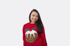 Πορτρέτο της ευτυχούς γυναίκας στο πουλόβερ Χριστουγέννων που στέκεται στο γκρίζο κλίμα Στοκ Εικόνα