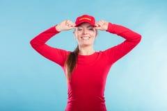 Πορτρέτο της ευτυχούς γυναίκας lifeguard στην κόκκινη ΚΑΠ Στοκ Φωτογραφία