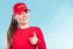 Πορτρέτο της ευτυχούς γυναίκας lifeguard στην κόκκινη ΚΑΠ Στοκ Φωτογραφίες