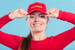 Πορτρέτο της ευτυχούς γυναίκας lifeguard στην κόκκινη ΚΑΠ Στοκ εικόνες με δικαίωμα ελεύθερης χρήσης