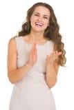 Πορτρέτο της ευτυχούς επιδοκιμάζοντας νέας γυναίκας Στοκ Φωτογραφία