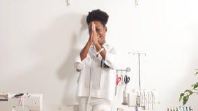Πορτρέτο της ευτυχούς εργασίας μαύρων γυναικών ως σχεδιαστή μόδας και μοδίστρα στο ατελιέ φιλμ μικρού μήκους