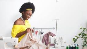 Πορτρέτο της ευτυχούς εργασίας μαύρων γυναικών ως σχεδιαστή μόδας και μοδίστρα στο ατελιέ απόθεμα βίντεο