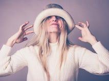 Πορτρέτο της ευτυχούς, εύθυμης γυναίκας στο θεατρικό καπέλο στοκ εικόνα