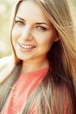 Πορτρέτο της ευτυχούς εύθυμης χαμογελώντας νέας όμορφης ξανθής γυναίκας ο Στοκ Εικόνα