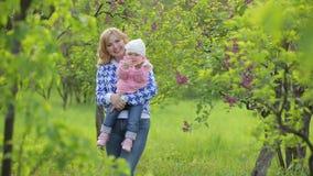 Πορτρέτο της ευτυχούς μητέρας με ένα μωρό φιλμ μικρού μήκους