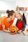 Πορτρέτο της ευτυχούς μητέρας με την κόρη στο κοστούμι ροπάλων αποκριών Στοκ εικόνα με δικαίωμα ελεύθερης χρήσης