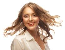 Πορτρέτο της ευτυχούς νέας γυναίκας με τον αέρα στην τρίχα Στοκ φωτογραφία με δικαίωμα ελεύθερης χρήσης