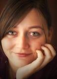 Πορτρέτο της ευτυχούς νέας γυναίκας Στοκ εικόνα με δικαίωμα ελεύθερης χρήσης