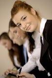 Πορτρέτο της ευτυχούς νέας επιχειρηματία στοκ φωτογραφία με δικαίωμα ελεύθερης χρήσης