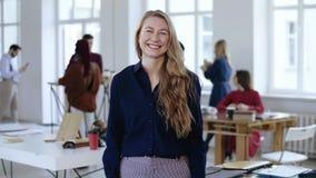 Πορτρέτο της ευτυχούς νέας επιχειρησιακής γυναίκας CEO με τα ξανθά μαλλιά, επίσημα ενδύματα που χαμογελά στη κάμερα στο σύγχρονο  απόθεμα βίντεο