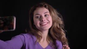 Πορτρέτο της ευτυχούς ξανθής γυναίκας που κάνει τις φωτογραφίες φλερτ απόθεμα βίντεο