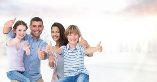 Πορτρέτο της ευτυχούς οικογένειας ενάντια στον ουρανό Στοκ Εικόνες