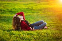 Πορτρέτο της ευτυχούς φίλαθλης χαλάρωσης γυναικών στο πάρκο στο πράσινο λιβάδι Χαρούμενος θηλυκός πρότυπος καθαρός αέρας αναπνοής Στοκ Εικόνες