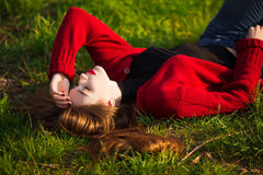 Πορτρέτο της ευτυχούς φίλαθλης χαλάρωσης γυναικών στο πάρκο στο πράσινο λιβάδι Χαρούμενος θηλυκός πρότυπος καθαρός αέρας αναπνοής Στοκ εικόνα με δικαίωμα ελεύθερης χρήσης