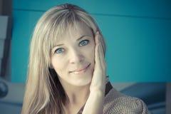 Πορτρέτο της ευτυχούς χαμογελώντας όμορφης νέας γυναίκας σχετικά με το δέρμα ή την εφαρμογή της κρέμας Στοκ φωτογραφίες με δικαίωμα ελεύθερης χρήσης
