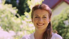 Πορτρέτο της ευτυχούς χαμογελώντας redhead γυναίκας υπαίθρια απόθεμα βίντεο