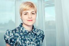 Πορτρέτο της ευτυχούς όμορφης ξανθής νέας γυναίκας Στοκ εικόνα με δικαίωμα ελεύθερης χρήσης