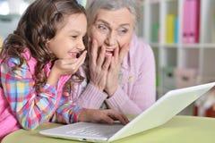 Πορτρέτο της ευτυχών γιαγιάς και της κόρης Στοκ Φωτογραφία