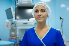 Πορτρέτο της ευχαριστημένης νοσοκόμας εκείνη η θετική σκέψη έκφρασης Στοκ εικόνα με δικαίωμα ελεύθερης χρήσης