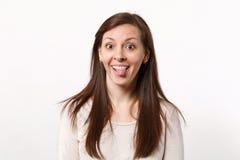 Πορτρέτο της εύθυμης αστείας τρελλής νέας γυναίκας στα ελαφριά ενδύματα που φαίνεται κάμερα που παρουσιάζει γλώσσα απομονωμένος σ στοκ εικόνες