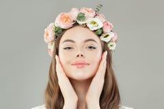 Πορτρέτο της εύθυμης γυναίκας με το υγιές δέρμα και του στεφανιού λουλουδιών στο άσπρο υπόβαθρο στοκ φωτογραφίες με δικαίωμα ελεύθερης χρήσης