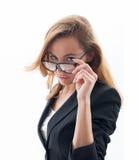Πορτρέτο της ελκυστικής γυναίκας με τα γυαλιά στοκ φωτογραφία