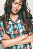 Πορτρέτο της ελκυστικής γυναίκας στο πουκάμισο ελέγχου Στοκ εικόνες με δικαίωμα ελεύθερης χρήσης