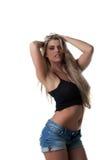 Πορτρέτο της ελκυστικής ξανθής τοποθέτησης στο στούντιο στοκ φωτογραφία με δικαίωμα ελεύθερης χρήσης