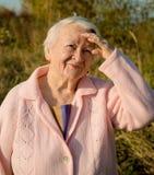 Πορτρέτο της ηλικιωμένης χαμογελώντας γυναίκας Στοκ εικόνα με δικαίωμα ελεύθερης χρήσης