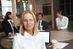 Πορτρέτο της θηλυκής τοποθέτησης αρχηγών ομάδας που εξετάζει τη κάμερα Στοκ Εικόνες