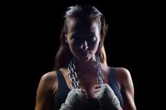 Πορτρέτο της θηλυκής αλυσίδας εκμετάλλευσης μπόξερ γύρω από το λαιμό Στοκ Εικόνες