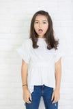Πορτρέτο της κατάπληξης του κοριτσιού ένα ανοικτό στόμα που εξετάζει τη κάμερα στοκ φωτογραφίες