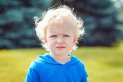 Πορτρέτο της καυκάσιας ξανθής κινηματογράφησης σε πρώτο πλάνο κοριτσιών αγοριών στο μπλε hoodie Στοκ εικόνα με δικαίωμα ελεύθερης χρήσης