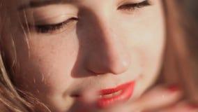 Πορτρέτο της κοκκινομάλλους κινηματογράφησης σε πρώτο πλάνο κοριτσιών απόθεμα βίντεο