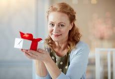 Πορτρέτο της κομψής ώριμης κυρίας με το κιβώτιο δώρων στοκ εικόνες