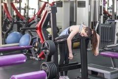 Πορτρέτο της κουρασμένης γυναίκας που έχει το υπόλοιπο μετά από το workout Στοκ εικόνες με δικαίωμα ελεύθερης χρήσης