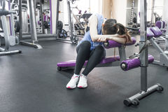 Πορτρέτο της κουρασμένης γυναίκας που έχει το υπόλοιπο μετά από το workout Στοκ φωτογραφίες με δικαίωμα ελεύθερης χρήσης