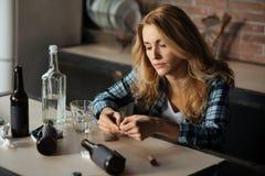 Πορτρέτο της κουρασμένης μετάβασης γυναικών να πάρουν το χάπι στοκ φωτογραφίες