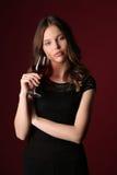 Πορτρέτο της κυρίας με wineglass κλείστε επάνω ανασκόπηση σκούρο κόκκιν&omi Στοκ Εικόνα