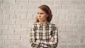 Πορτρέτο της κυρίας που εξετάζει τη κάμερα, που και που τινάζει την επικεφαλής απογοήτευση και η αποδοκιμασίαης έκφρασής της απόθεμα βίντεο