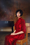 Πορτρέτο της κυρίας στο παλαιό κάστρο η ομορφιά καλύτερη μετατρέπει την ποιότητα κοριτσιών ακατέργαστη Στοκ εικόνα με δικαίωμα ελεύθερης χρήσης