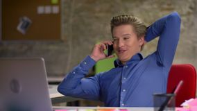 Πορτρέτο της μέσης ηλικίας ξανθής ομιλίας επιχειρηματιών στο κινητό τηλέφωνο και της αύξησης των ζημιών του ευτυχώς στην αρχή απόθεμα βίντεο