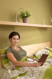 Πορτρέτο της μέσος-ενήλικης γυναίκας στο σπορείο στοκ φωτογραφία