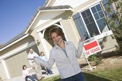 Πορτρέτο της μέσος-ενήλικης γυναίκας μπροστά από το καινούργιο σπίτι στοκ φωτογραφία με δικαίωμα ελεύθερης χρήσης