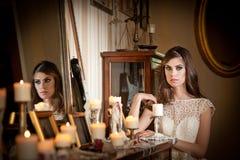 Πορτρέτο της μακρυμάλλους τοποθέτησης κοριτσιών brunette στο τοπίο πολυτέλειας Στοκ Εικόνες