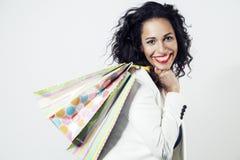 Πορτρέτο της μαύρης γυναίκας ευχαριστημένο από τις τέλειες τσάντες εγγράφου αγορών, πρόσωπο χαμόγελου Στοκ φωτογραφία με δικαίωμα ελεύθερης χρήσης